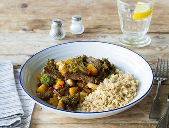 Receptenarchief Boterrijst met kogelbiefstukreepjes, mango en broccoli Romige rijst met een zoete wokschotel en verse kruiden Recept