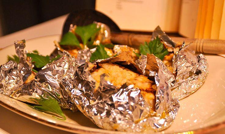 #Bebotok #Ikan zijn pakketjes gevuld met kruidige vis. Beb gebruikt gewoon aluminium-folie. De vis smoort in kokos en een heerlijk boemboe.