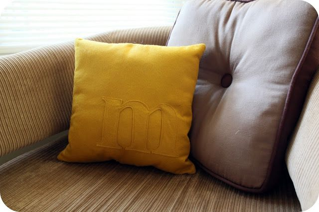 little lovelies: tutorial: felt monogram pillow