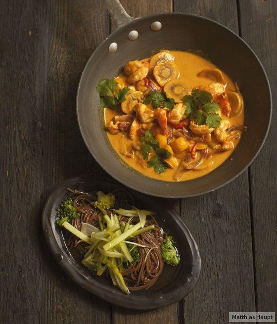 Das Schöne ist, dass das pikante Curry mit Mango durch Nudeln und Gurken-Ingwer-Topping eine ganz neue Dimension bekommt.