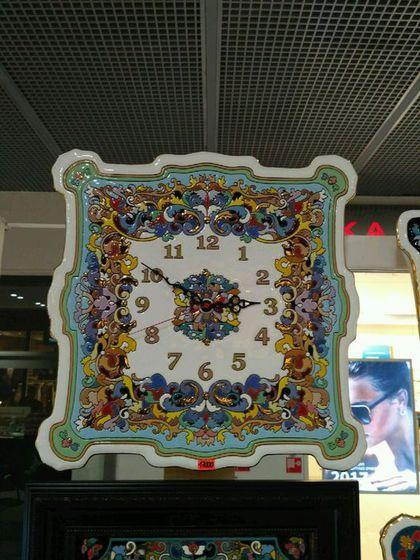 Купить или заказать Часы декоративные,керамические,квадратные 40см. в интернет-магазине на Ярмарке Мастеров. Часы сделаны из высококачественного фаянса с ручной авторской росписью. Вся представленная в моем Интернет-магазине керамика выполнена в интереснейшей технике 'cuerda seca', сформировавшейся в начале 16 века в испанской Севилье. Эта техника пришла на смену традиционному исламскому искусству мозаики и быстро завоевала популярность не только в Испании, но и в других средиземномор...
