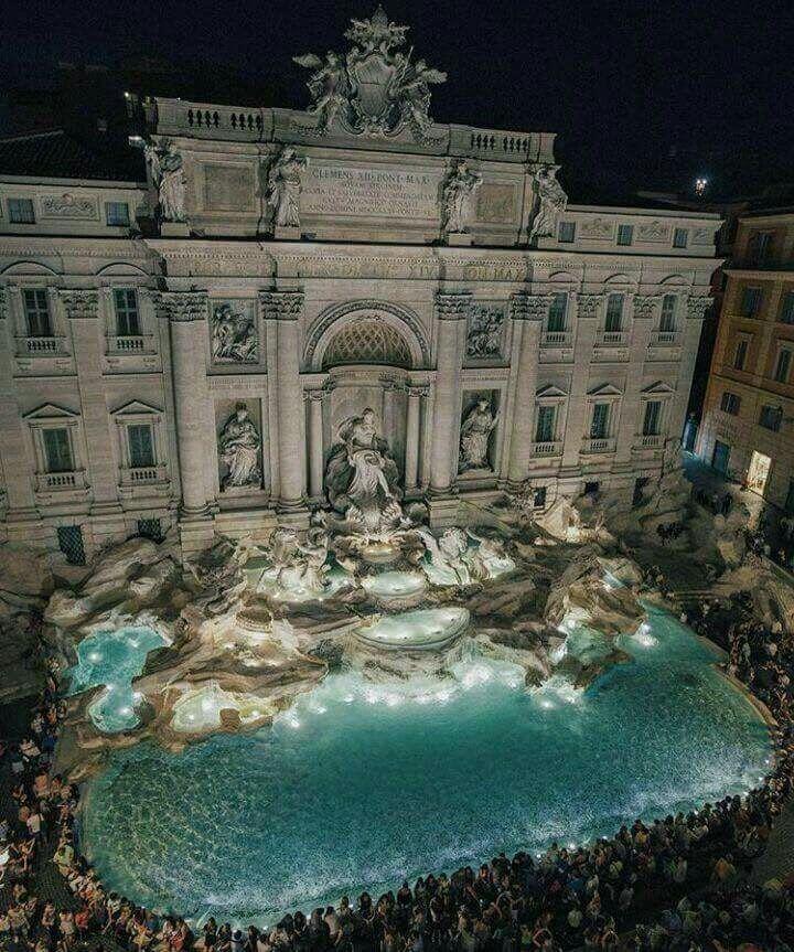 Preparem uma moedinha, vire de costas e lance a moeda na Fontana. Antes , não esqueça de fazer um pedido.  Fontana di trevi- Roma. Italy.