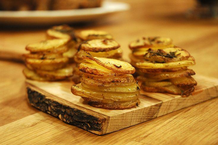Dilim Patatesler  Malz: 6-8 y.kaşığı tereyağı 10-15 adet bebek patates 2 diş sarımsak 7-8 dal t.kekik Tuz K.biber Patatesleri ince halkalar şeklinde doğrayın ve büyük bir kâseye alın. Tryağını eritin içerisine ezilmiş sarımsak ve t.kekiği,tuzu ve k.biberi de ekleyip karıştırın. Patatesleri kabın içinde harmanlayın. Muffin kalıplarınıza patatesleri üst üste dizin. Önceden ısıtılmış 180 de 30 dk pişirin. Çıkarttıktan sonra patlerinizi fırın tepsisine alın ve 220 de 10-15 dk.kızarıca pişirin