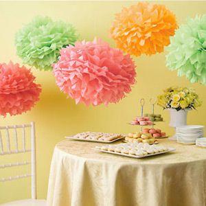 Des pompons en papier multicolores, une jolie déco d'anniversaire