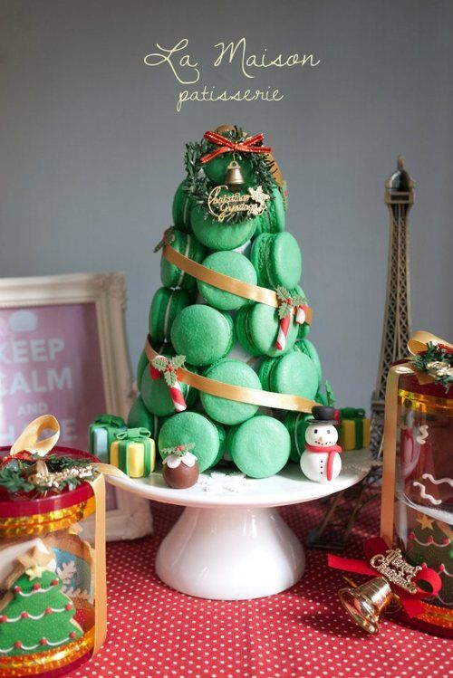 a macaron Christmas tree!?!?!?  WANT.