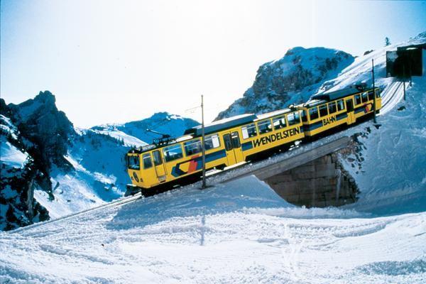 Wendelstein-Zahnradbahn in winterlicher Landschaft.