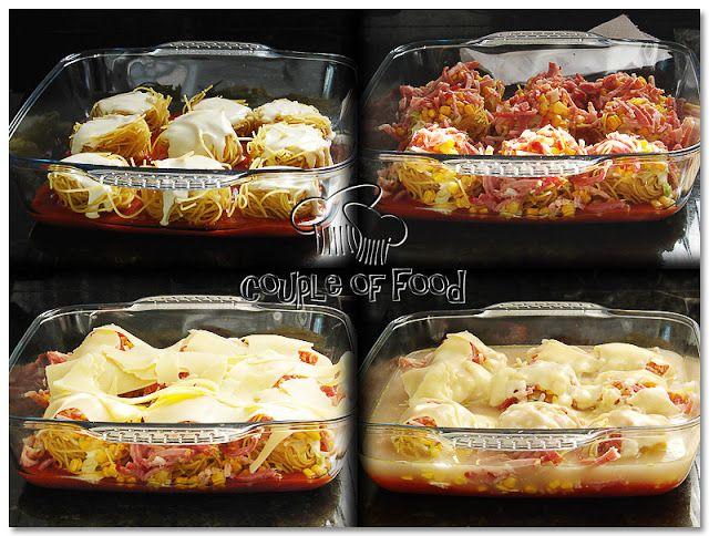 """Macarrão cremoso de forno (com espaguete ninho) Ingredientes Macarrão do tipo """"spaghetti ninho"""" (Geralmente uso 9 ninhos. É o que cabe na nossa travessa) Uma lata/sachê de molho de tomate pronto Requeijão cremoso Bacon em fatias fininhas Milho verde Alho poró Queijo mussarela Aproximadamente 800ml de água fervida com um caldo de carne/galinha/bacon"""