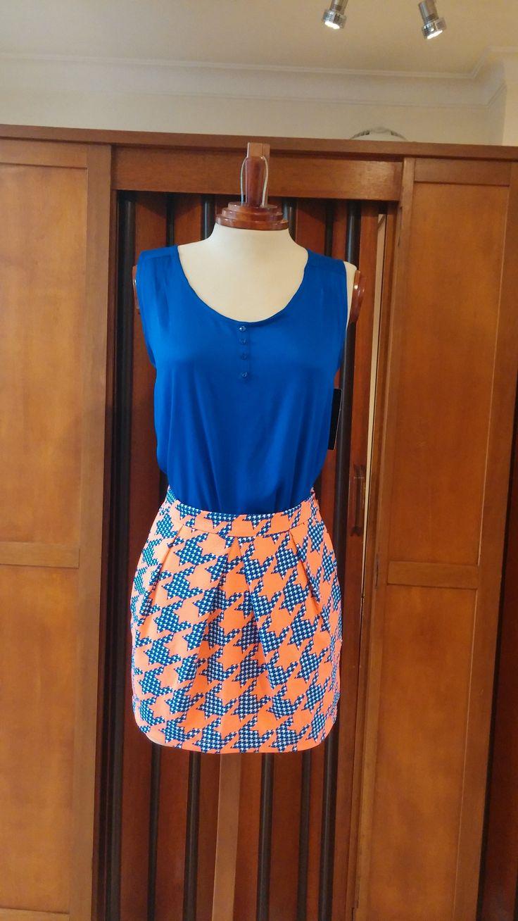 Te presentamos esta propuesta de moda blusa en azul turqui 100% en rayón y falda estampada en naranja.