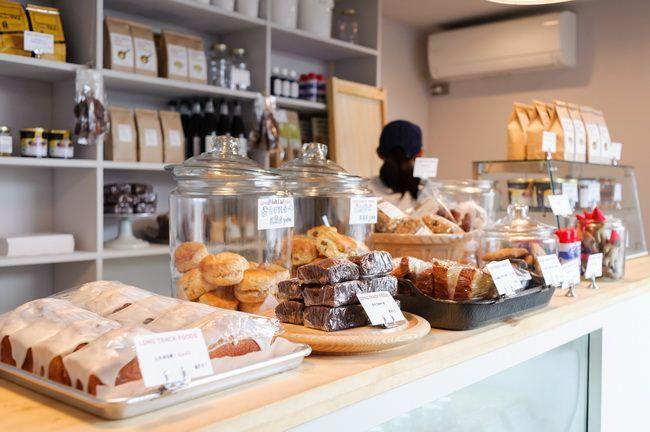 カウンターの上には、お土産としても人気の焼き菓子類が並ぶ
