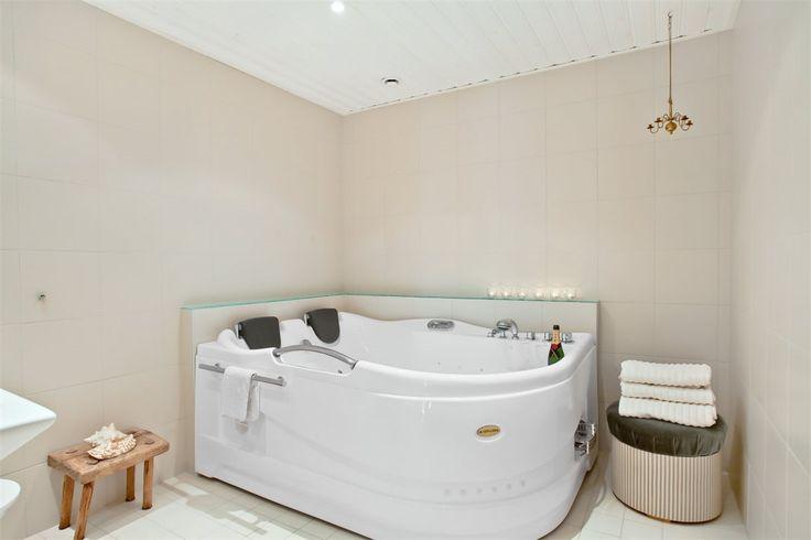 Badrummet byggdes om helt 2006 och gjordes större. Sandfärgat kakel och klinker. Snygg dekor i grönt glas och fondvägg med matchande kakel. Värmeslingor i golvet och dimbara spottar i taket med automatisk tändning och släckning. Stort bubbel-SPA-bad för två personer (500 liter). WC, handfat och integrerade speglar.