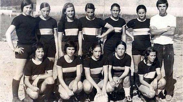 Primer equipo femenino de futbol de Plentzia (año 1969). Fotos: DEIA || #Plentzia #futbol #historia