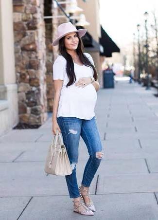 Atuendo casual camiseta blanca y pantalón de mesa