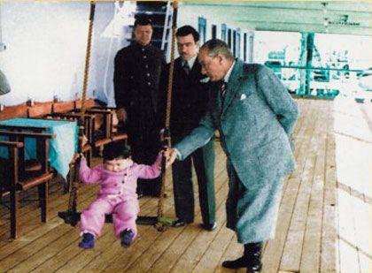 Atatürk'ün Çocuk Sevgisi İle İlgili Anıları Siz Türk çocukları benim birer parçamsınız. Bende sizin. Atatürk bir okula gitmişti. Her zaman olduğu gibi bütün çocuklar etrafını sardı. Hepsi sevinç içinde onu alkışlıyordu. Yalnız küçük bir çocuk bir kenara çekilmiş, ilgisiz gibi duruyordu. Bu durum Atatürk'ün gözünden kaçmadı. Onu yanına çağırdı: - Çocuğum, neden durgunsun? Bir derdin mi var? Hasta mısın? Çocuk: - Bir şeyim yok efendim. Çocuk arkasını döndü, gözlerinden akan yaşları giz...