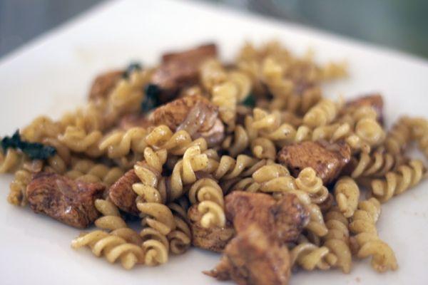 Три рецепта пасты, которые можно приготовить до 15 минут - с курицей, острым маслом и лососем