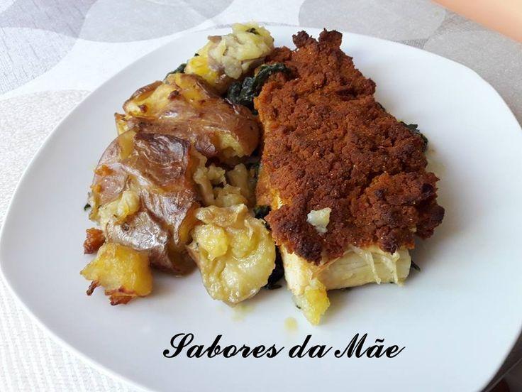 Bacalhau com espinafres e broa com pimentos e Batatas a murro