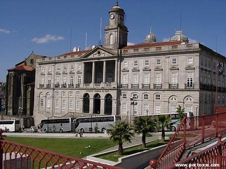 Palácio da Bolsa. Ao lado esquerda a Igreja de S. Francisco e as grades vermelhas pertencem ao Mercado Ferreira Borges (arqº Nicolau Nazoni) - Perto da Ribeira - Porto - Portugal