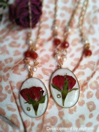 バラの押し花のネックレスが出来ました☆ ずーっと作りたくて、押し花になるのが待ち遠しかったバラ。 完成度高いです! 花言葉は「永遠の愛」 天然石、レッドアゲー...|ハンドメイド、手作り、手仕事品の通販・販売・購入ならCreema。