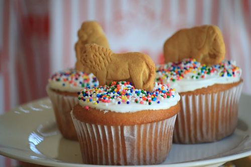 animal crackers for zoo cupcakes - I could handle this!