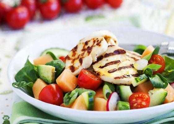 Varm halloumi på den gärna rumsvarma salladen gör denna rätt fräsch och mättande!