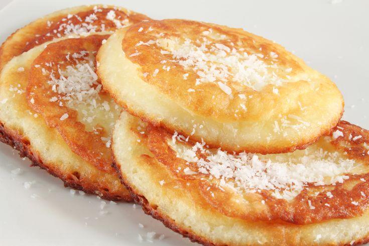 Τα πιτάκια ή ψωμάκια καρύδας, που φτιάχνουν για πρωινό στο Survivor μοιάζουν πολύ με pancakes. Ιδού, λοιπόν, η συνταγή για pancakes καρύδας, που μπορείς να απολαύσεις κι εσύ σκέτα ή να τα συνοδεύσεις με φρούτα, σιρόπι ή άχνη ζάχαρη.