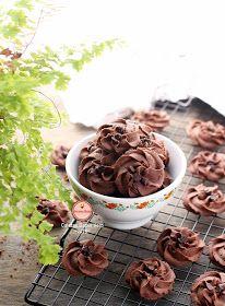Salah satu alasan kenapa saya suka kue kering semprit,,,,,, saya suka nyetaknya, nyetak kue semprit itu sesuatu banget. Cantik begitu k...