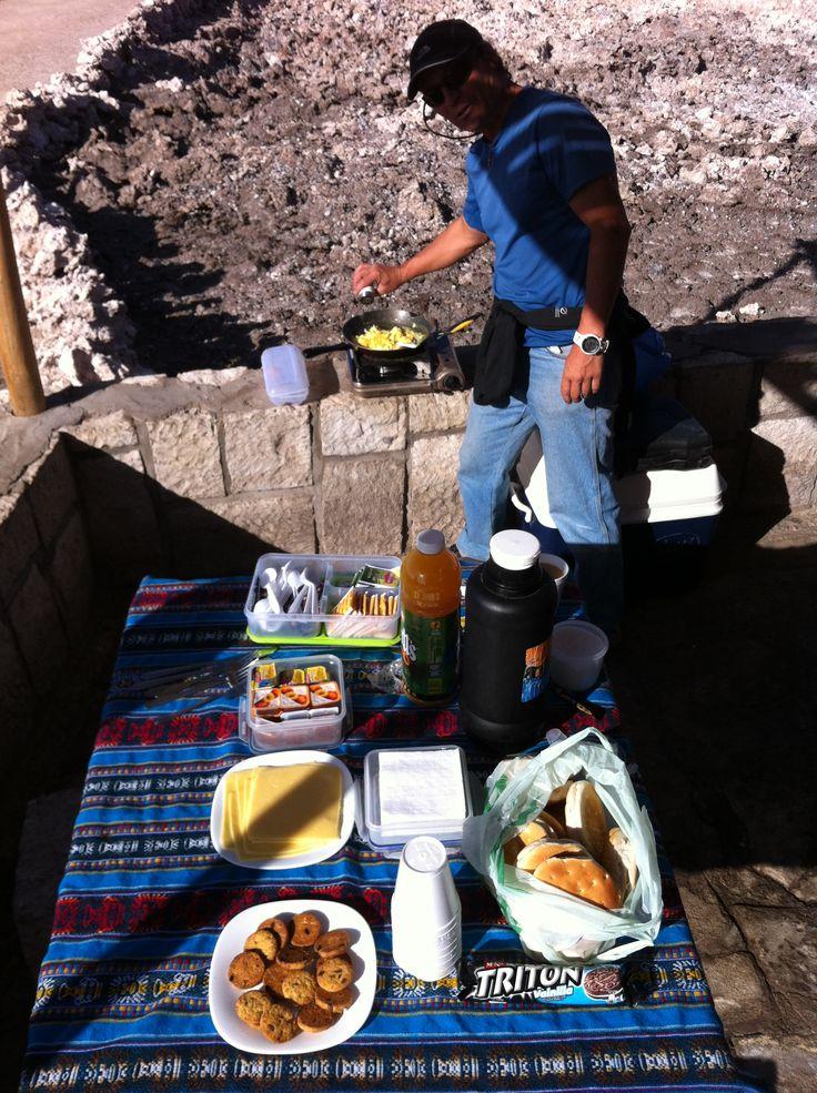 Desayuno en los Geisers del Tatio, Atacama, Chile