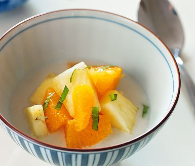 Färsk frukt är vanligt som efterrätt i Kina. Här serveras frukten tillsammans med en luftig mousse på kokosmjölk och grädde. Den söta kokosen bryter fint mot fruktens friska syra och blir till en riktig höjdardessert.