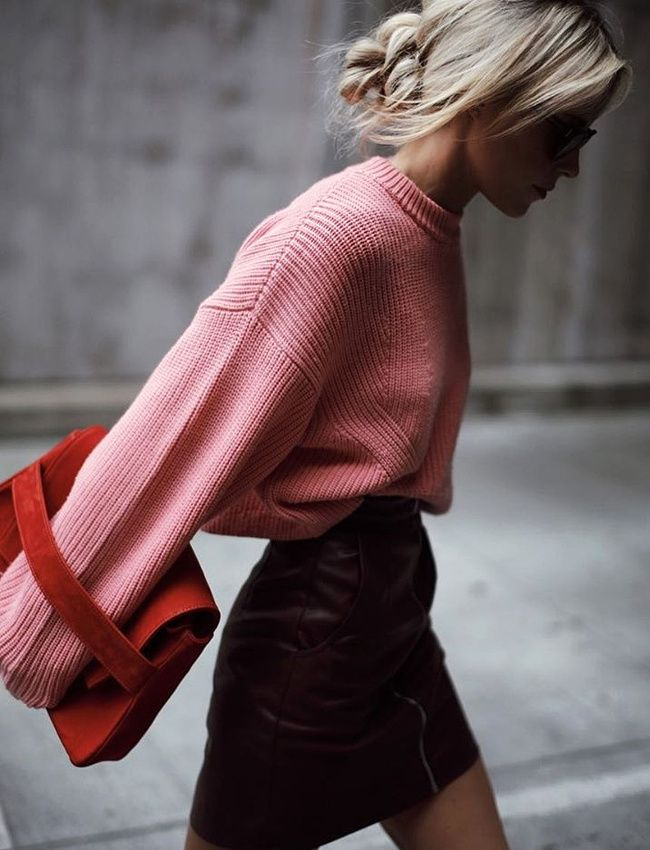 Pull rose en grosse maille + mini jupe en cuir bordeaux = le bon mix (jupe French Connection - photo Happily Grey)