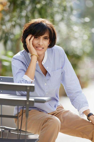 Ines de la Fressange pour Uniqlo - chemise bleu ciel pantalon chino beige -