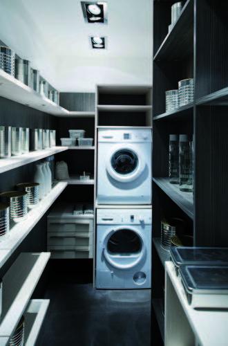 Complément fonctionnel de la cuisine, le cellier peut faire office d'espace de stockage, mais parfois également servir de buanderie. Lire la suite sur construiresamaison.com.