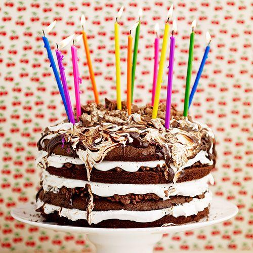 Wat een plaatje, deze laagjestaart! Je kunt deze taart helemaal naar wens vullen en versieren.Versier je taart bijvoorbeeld met eetbare glitter en gekleurde kaarsjes.    1. Verwarm de oven voor op 180 ºC. Bekleed de bodem van 2 taartvormen (o 22...
