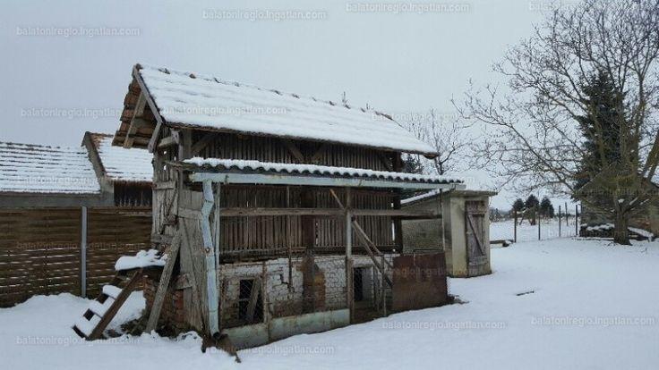 Kizárólagos jogú megbízás csak az Otthon Centrumnál! Eladásra kínálom ezt a falusi, jó elosztású házat, a hozzá tartozó gazdálkodásra...