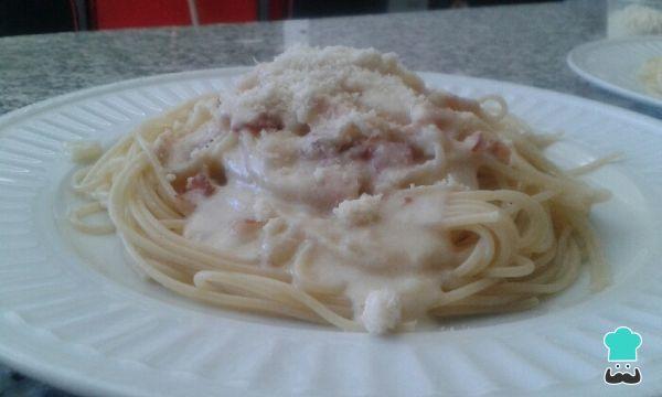 Aprende a preparar espaguetis con tocineta y queso con esta rica y fácil receta. ¿Quieres probar una receta de pasta en salsa blanca diferente y muy rica? Pues hoy l...