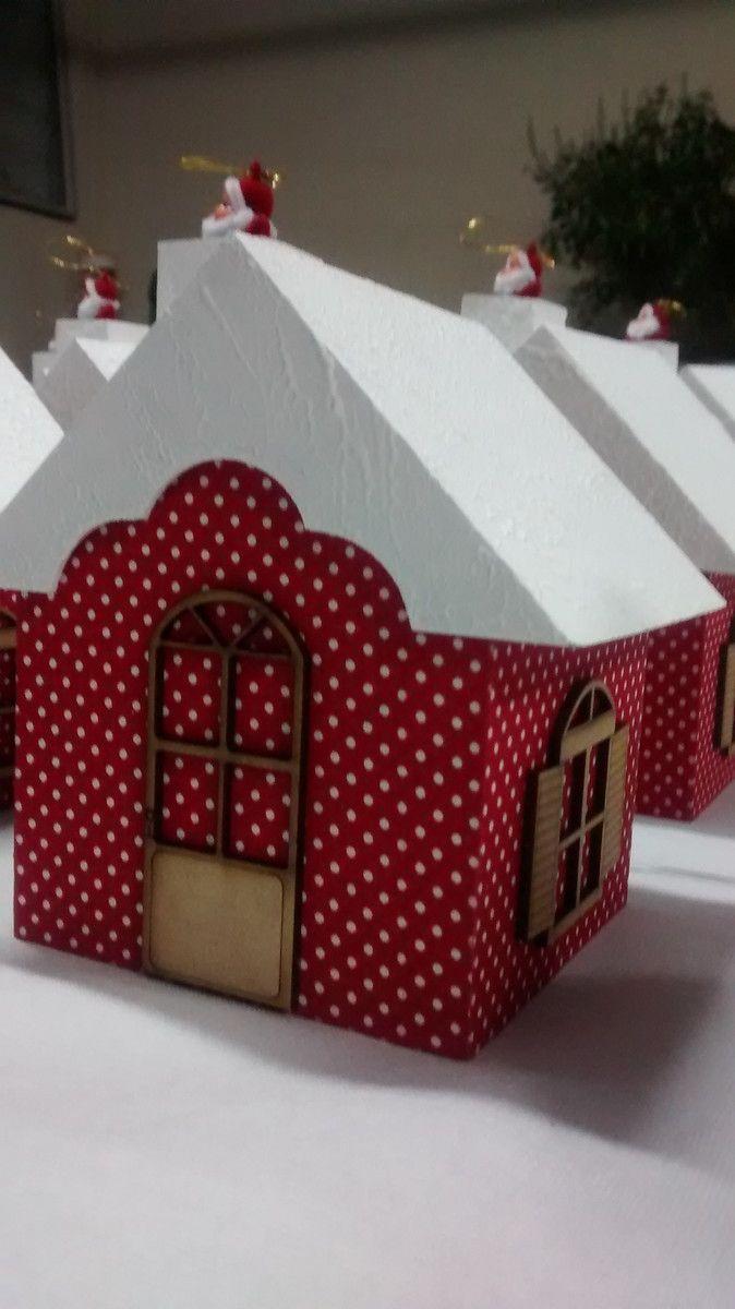 Lindo Porta Panetone, na cor vermelha, revestido em tecido peti poá vermelho, ou similar, teto branco texturizado, com porta e janelas em aplique de madeira, chaminé acompanha mini papai noel, para panetone de 200 g. Ideal para presente de Natal. NÃO ACOMPANHA PANETONE