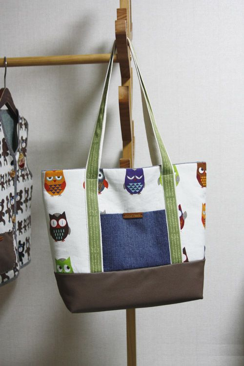 Easy Canvas Tote Bag with Pocket. Step by step DIY Tutorial. This is a great pattern with step by step pictures.