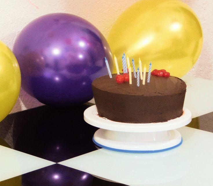 Torta de Chocolate, con relleno de frutos rojas, ideal para 25 a 30 personas