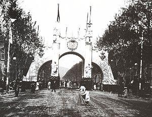 Arco de Triunfo en honor de Alfonso XIII, con motivo de la visita del rey a Barcelona, el 6 de abril de 1904, obra de Enric Sagnier i Villavecchia.