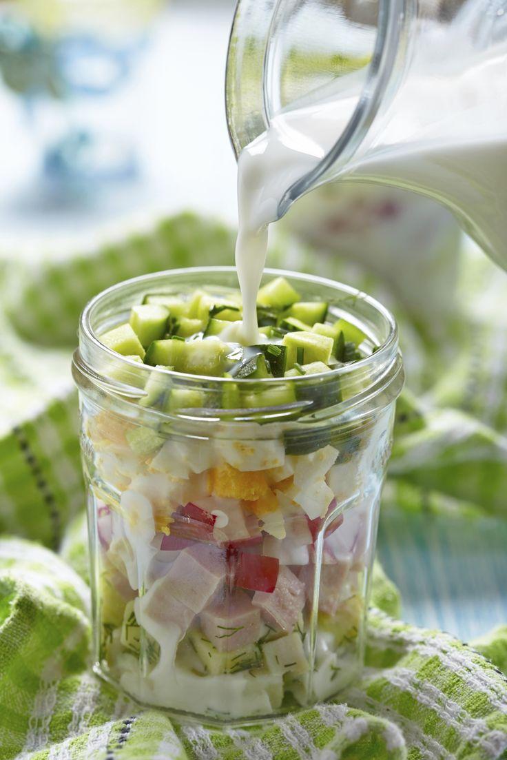 Deze zomerse salade serveer je in een potje, en overgiet je met kefir, een soort drinkyoghurt vol probiotische bacteriën. Heel gezond en supergoed voor je darmen! * Kefir koop je bij de Arabische winkel of bij de grotere supermarkt. Je kunt het ook zelf maken, met kefirkorrels. Lees hier meer informatie over kefir. Bron: Flickr Snijd […]