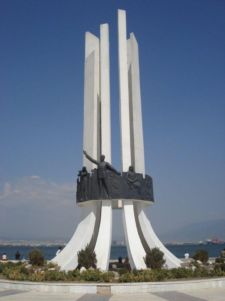 İzmir Karsiyaka Anayasa Meydanı Atatürk Anıtı. www.panoramio.com
