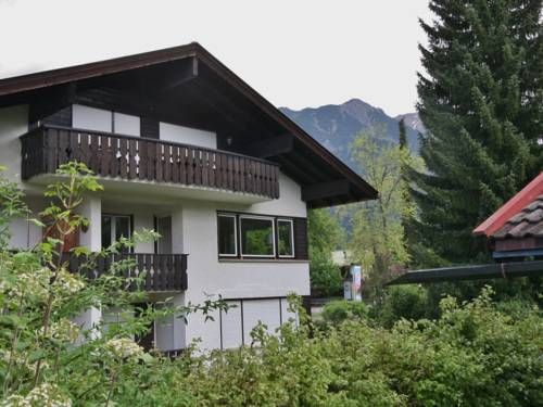 Ferienwohnung Benne Oberstdorf Ferienwohnung Benne offers accommodation in Oberstdorf, 1.3 km from Erdinger Arena. The apartment is 700 metres from Nebelhornbahn Sektion I. Free private parking is available on site.  A dishwasher and an oven can be found in the kitchenette.
