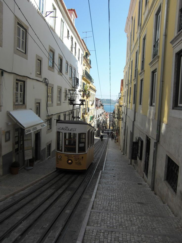The seven hills of Lisbon: Santa Catarina (foto: elevador da Bica)
