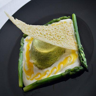 Flan morbido di asparagi, fonduta leggera di Grana Padano e tuorlo d'uovo