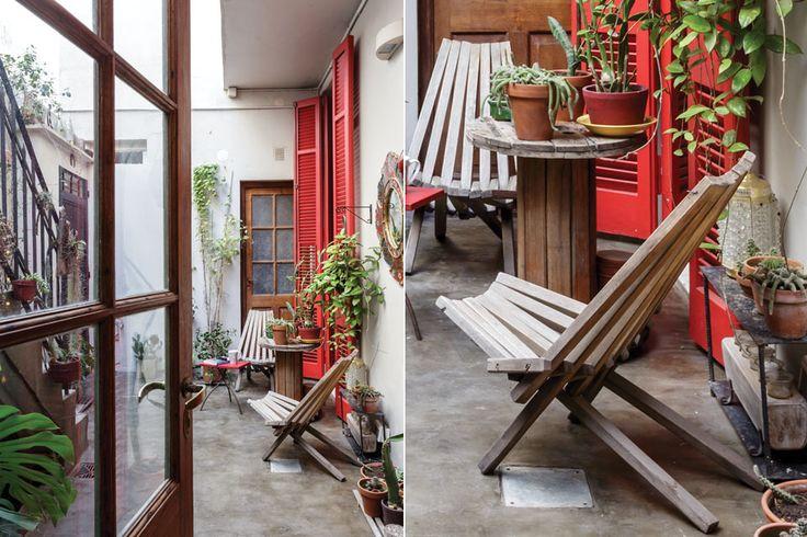 """Casa reciclada: dos reformas con muchas ideas para imitar  Con la intención de convertirlo en """"un oasis"""", Paula y Adrián lo llenaron de verde y hasta hicieron un estanque bajo la escalera Foto:Daniel Karp"""