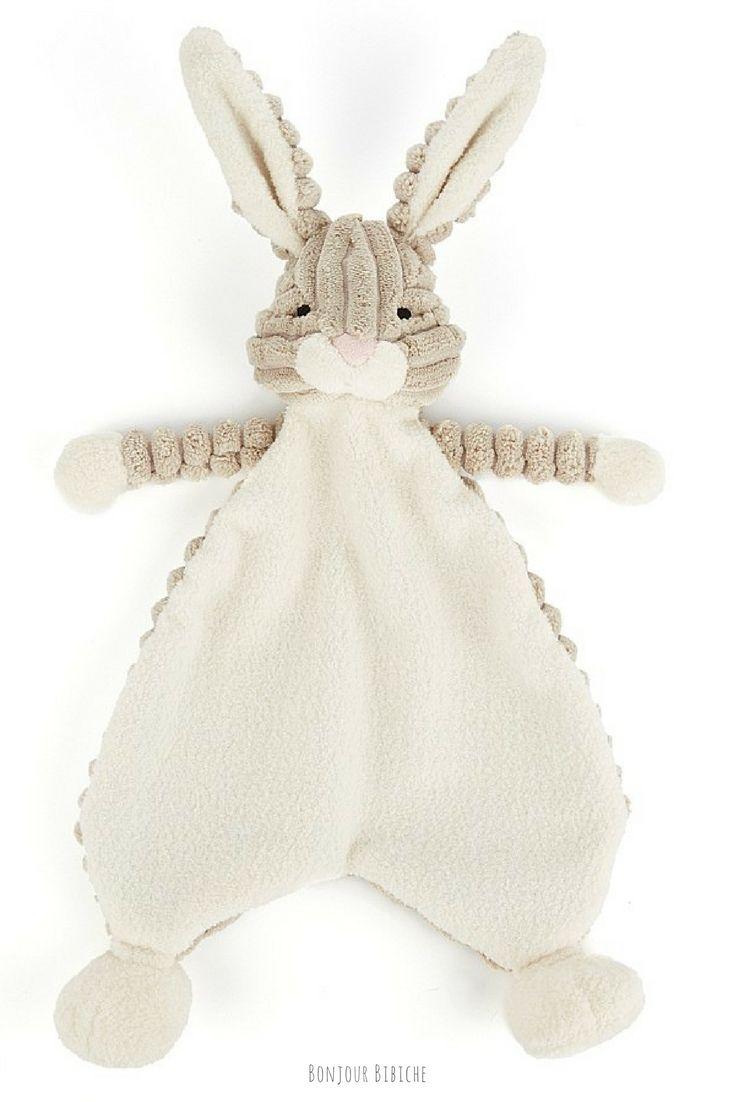 Coup de cœur pour ce doudou lapin imaginé par Jellycat ! Un doudou plat, tout doux, super mignon, qui convient aux petits garçons comme aux petites filles et disponible sur la boutique en ligne de Bonjour Bibiche <3 #cadeau #bébé #naissance