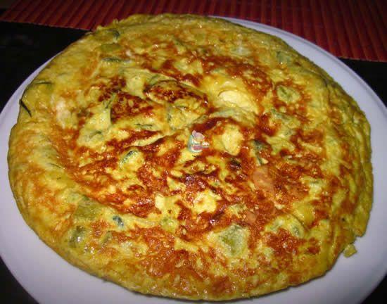 Receta de la tortilla de calabacín, espárragos trigueros y queso azul con especias