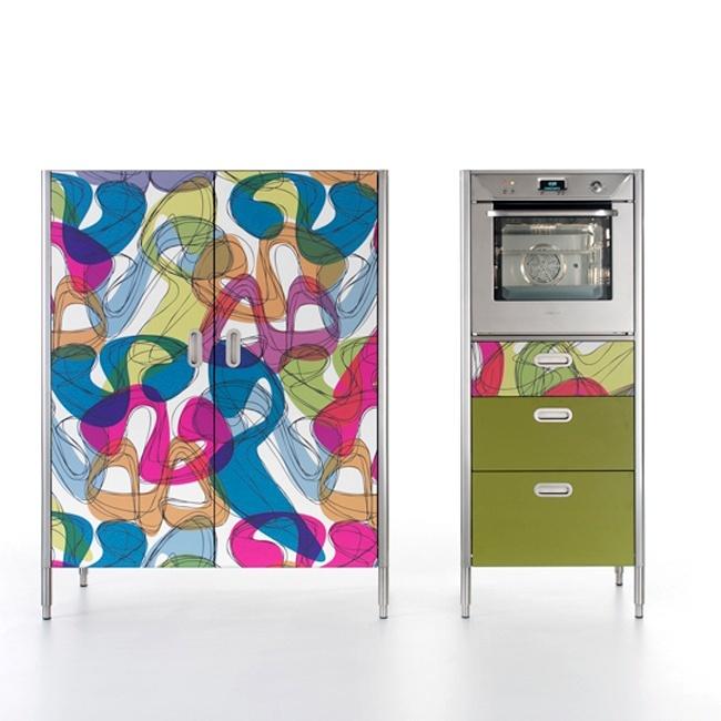 Nuovi materiali impiegati per la collezione Liberi in cucina, tra cui il legno di rovere e il laminato di Abet laminati con decori creati da Karim Rashid.