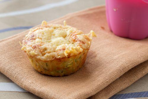 Préparation: 1.Préchauffez votre four à 180° 2. Mélangez les œufs, la crème, le lait, la maïzena et la muscade. Salez et poivrez à votre goût. 3. Coupez les allumettes de jambon en deux. Ajoutez-le…
