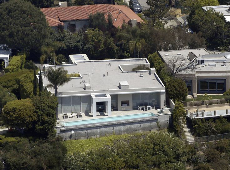 Keanu Reeves' home features lots of windows and modern, straight lines.  His house is located in the prestigious Hollywood Hills.