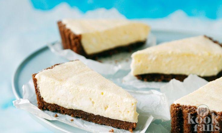 Zo maak je het: Maal de koekjes fijn en smelt de boter in een pan. Doe de gemalen koekjes en gesmolten boter bij elkaar en me...