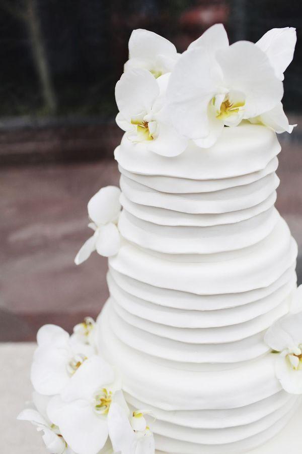 Bella torta, sencilla y con flores naturales... me parece muy elegante... Textos:www.facebook.com/Masqueunaidea.cl